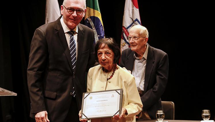 Maria Sylvia Nunes recebe título de professora emérita